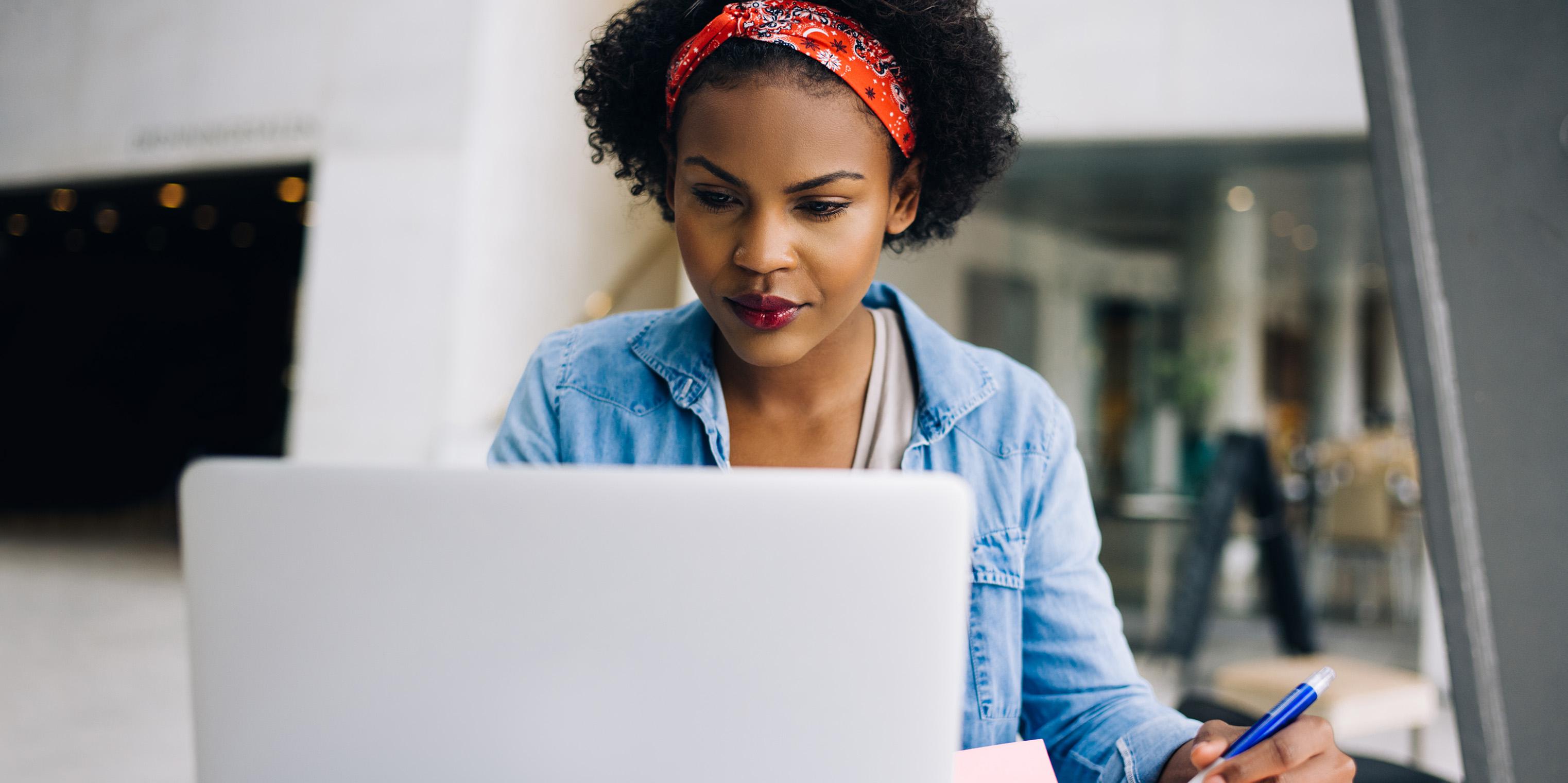 Kvinna som arbetar vid dator